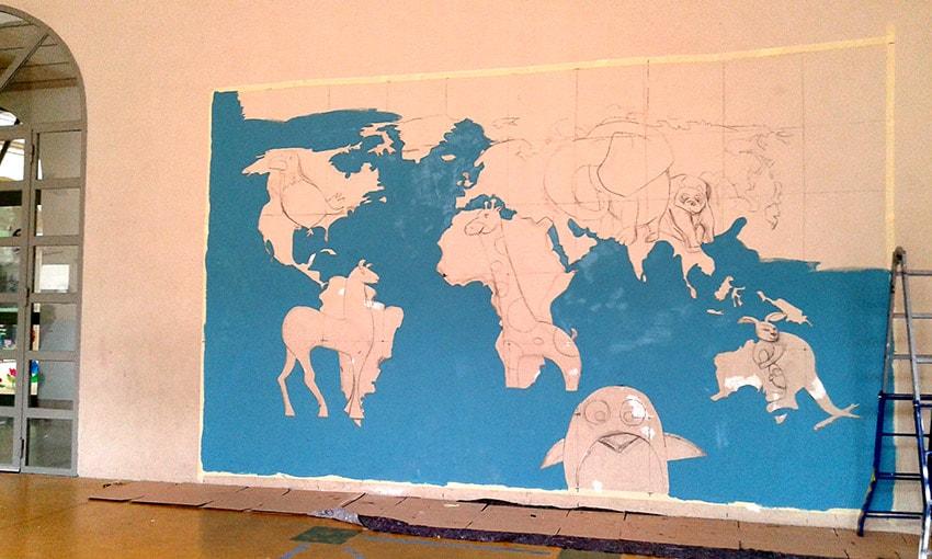 Pintura Mural con cuadrícula de Mapamundi en Escuela